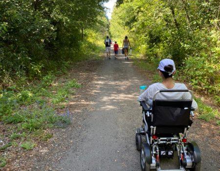 usuarie de silla de rueda disfrutando un sendero en autonomia
